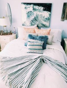 This beach themed dorm room exudes a mix of ocean and tropical vibes. Bedroom The Beach Themed Dorm Room Ideas That Give Major Cali Vibes Decoracion Habitacion Ideas, Beach Dorm, Teen Beach Room, Teenage Beach Bedroom, Ocean Beach, Bedroom Decor For Teen Girls, Teen Girl Bedrooms, Surfer Girl Bedrooms, Wall Ideas For Bedroom