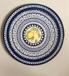 Prato de 33 cm de diâmetro feito em cerâmica e pintado a mão.