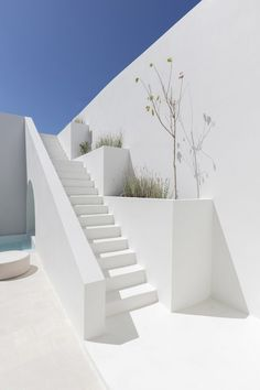 The vaulted forms and underground caves of an old Santorini house have been converted into two holiday residences in Fira by Kapsimalis Architects. Santorini House, Santorini Greece, Crete Greece, Athens Greece, Piscina Interior, Neon Licht, White Building, Architect Design, Old Houses