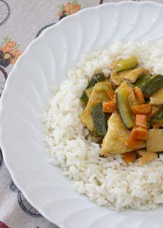 Il pollo al curry con verdure che vi propongo è un piatto veloce e gustoso da preparare, va  servito come piatto unico insieme a riso lesso o cous cous o semplicemente come  secondo piatto. #pollo #verdure #curry My Recipes, Risotto, Grains, Good Food, Ethnic Recipes, Fantasy, Dinner, Lavender, Meals