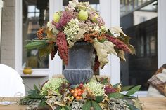 luscious homemade centerpiece as Fall decoration on an outdoor table. Love that this is made with mostly free finds from the garden and nature. And it looks difficult but according to the directions it is quite easy to make.