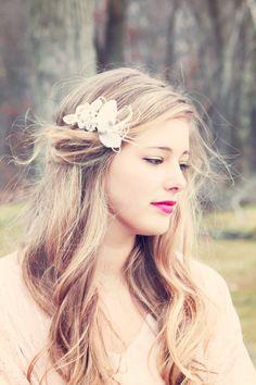 Brautfrisur gewelltes Haar mit Blumenspange
