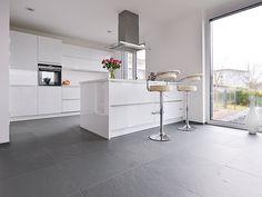 Weisse Küche mit Metallelementen auf Schieferfliese Grey Slate mit gespaltener Oberfläche