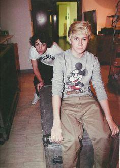 HAHAHAHA i love both their faces and nialls mickey shirt! <3