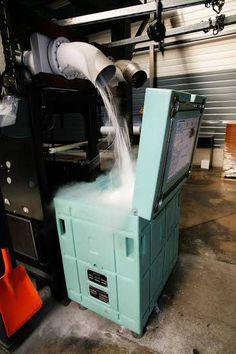 Produkcja suchego lodu jest skomplikowanym procesem niemniej jednak obecnie dzięki nowoczesnym technologiom nawet mniejsze podmioty gospodarcze które nie posiadają dużego zaplecza mogą sobie pozwolić na to aby rozpocząć produkcję granulatu suchego lodu. Potrzebne są do tego nowoczesne maszyny i takim przykładem są maszyny do produkcji granulatu suchego lodu firmy Asco.