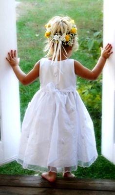 Barefoot Flower girl's flower crown Toni Kami ❀Flower ❀ Girls❀ Corona halo wedding hair flowers Precious wedding photography idea