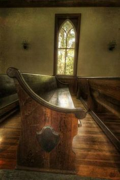 I love to go into my church, when no one else in there, and set and talk to GOD, just him and I.love my hometown church♥♥ Abandoned Churches, Old Churches, Abandoned Places, My Father's House, Old Country Churches, Church Pictures, Take Me To Church, Church Windows, Church Architecture