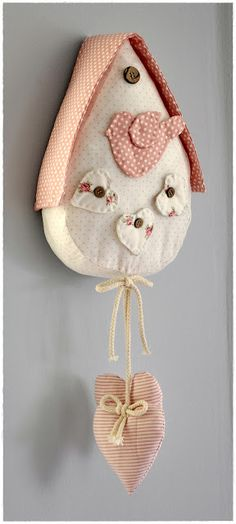Casita de pájaro Manualidades Shabby Chic, Hobbies And Crafts, Arts And Crafts, Shabby Chic Crafts, Christmas Crafts, Christmas Ornaments, Felt Birds, Cute Pillows, Fabric Houses