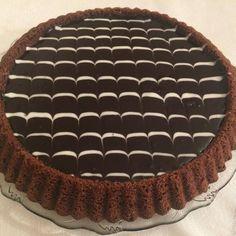 @akgunkocali Mutlu gunler😍😍🌸💖🌸🌺 Harika bir tartkek oldu, çikolata sevenler tam size göre ❤️❤️❤️ Malzemeler 2 yumurta 1 su bardağı şeker 1/2… Tart, Pie, Desserts, Food, Instagram, Torte, Tailgate Desserts, Cake, Cake