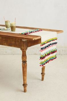 47 Super Ideas for diy table runner pom pom Diy Sewing Table, Diy Table, Hand Knit Blanket, Knitted Blankets, Pom Pom Rug, Pom Poms, Tulle Poms, Tulle Tutu, Bubble Tea