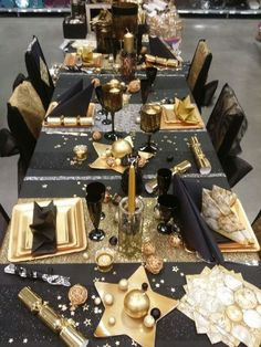 Elegant New Year's Eve Black And Gold Party Table. Party Table Decorations, New Years Decorations, Christmas Table Decorations, Party Tables, Decoration Party, Black Gold Party, New Year Table, Deco Table Noel, Nye Party