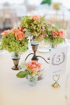 des roses couleur pêche et des fleurs couleur réséda