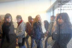 Musé de la Résistance à Compiègne, élèves devant la plaque commémorative ou sont inscrits les noms de tous les prisonniers