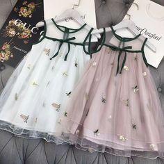Nydelig, det kan man vel klare å lage selv Kids Frocks, Frocks For Girls, Little Dresses, Little Girl Dresses, Girls Dresses, Baby Dresses, Peasant Dresses, Dress Girl, Little Girl Fashion