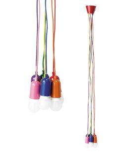 Lámpara de techo con siete bombillas y cordones rosas - ÁMPARA MULTICOLOR CON VARIAS BOMBILLAS Un diseño con tantos colores da más vida a cualquier ambiente. Con cables y casquillos en rosa, azul, naranja, violeta verde y rojo, es la lámpara Multico, de Maisons du Monde (59 €).