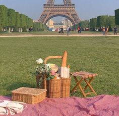 Picnic Ideas Discover 𝐟𝐨𝐥𝐥𝐨𝐰 𝐦𝐞 𝐟𝐨𝐫 𝐦𝐨𝐫𝐞! Summer Aesthetic, Aesthetic Photo, Travel Aesthetic, Aesthetic Pictures, Aesthetic Girl, All The Bright Places, The Places Youll Go, Places To Go, Restaurants In Paris