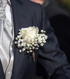 Boutonnières pour le marié et ses témoins composées d'un bouton de rose blanche et de quelques brins de gypsophile fleuriste lyon