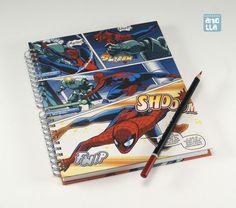 Libreta hecha a mano reciclando 4 páginas de un viejo comic de «Spiderman».