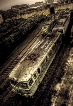 Trens e Locomotivas by Daniel Alho / Train graveyard Abandoned Buildings, Abandoned Train, Abandoned Places, Urban Decay Photography, Magnum, Old Trains, Haunted Places, Train Tracks, Planes