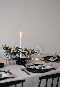 Easter Table Settings, Christmas Table Settings, Christmas Tablescapes, Minimalist Christmas, Simple Christmas, Beautiful Christmas, Scandinavian Christmas, Alternative Christmas Tree, Table Set Up