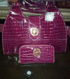 Read more: http://cosmetics-notes-advices-discussions.blogspot.com/2013/11/kristine-bag-and-wallet-avon-signature.html