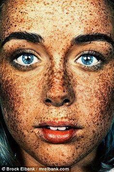 Emily Cole, pecas y ojos azules.                                                                                                                                                                                 Más
