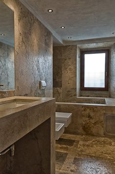 Le linee squadrate degli elementi del bagno sono riprese anche dai sanitari    http://italystonemarbe.com  www.pietredirapolano.com