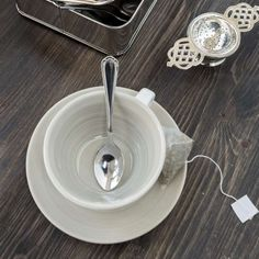 Tazza da latte Tide bianca con interno color crema.  http://www.artemisiashop.it/shop/vetro-e-ceramica/tazze-e-piatti/