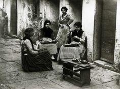 Carlo Naya (Tronzano Vercellese, 25 agosto 1816 – Venezia, 1882): Lavoratrici di perle di vetro, Venezia 1880 ca., gelatina al bromuro d'argento 213x285