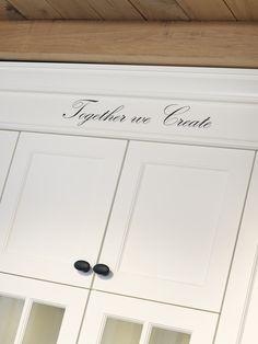 Afwerking tot in detail, architraaf en kroonlijst sluiten prachtig aan op de kasten en het plafond.