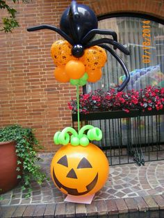 15 simple ideas to decorate with balloons on Halloween Halloween Birthday, Holidays Halloween, Baby Halloween, Halloween Crafts, Halloween Decorations, Halloween Painting, Balloon Columns, Balloon Arch, Balloon Centerpieces