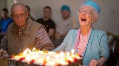 """1. """"La demencia es inevitable"""" Cuanto más viejo eres, más probabilidades tendrá de desarrollar demencia. Esto debería ser percibido como un hecho, pero no como una regla. La demencia se puede manifestar de diversas maneras, como resultado de una enfermedad de Alzheimer o de un accidente cerebrovascular, por ejemplo, que hacen que perdamos las habilidades …"""