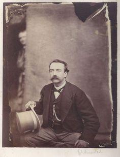 L'auteur des Fleurs du Mal se cache-t-il à l'arrière-plan de ce portrait de Mr Arnauldet?