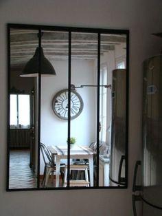 Là c'est un miroir mais ça pourrait être une verrière encastrée dans le mur de l'entrée par ex. Miroir atelier Maison de Famille