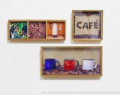 Do pé ao café | Cafeteria por Luis Carlos Torres  Quadros em caixas de madeira sendo duas com vidro transparente e uma sem com montagem de fotos mixada com grãos de café e saco de sisal.