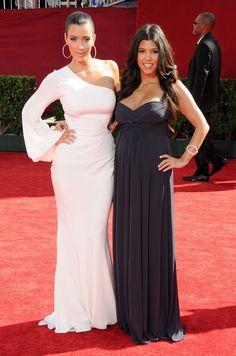 Pin for Later: Kim Kardashian, de Party Girl à Hot Mama  Kim et Kourtney aux Emmys à LA en Septembre 2009.