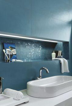 Un bagno luminoso e moderno grazie a piastrelle con una colorazione interessante e un mosaico brillante. Tutta la qualità Marazzi... #marazzi #concreta #bathroom