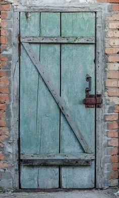 Texture of old wooden door  green color in farm building. Фотография старой деревянной двери в здании хозпостройки. Фото - дверь деревянная зеленого цвета.
