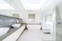 Contemporary Bathroom and Lighting : Casas de banho modernas por CATO creative
