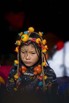 Ein junges tibetisches Mädchen in Tsedang, Tibet. Kombinieren Sie die Höhepunkte Chinas und Tibets, von den Wolkenkratzern der chinesischen Metropolen tauchen Sie in die geheimnisvolle Welt Tibets ein.