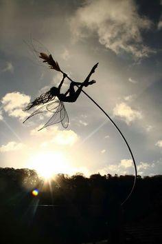 Sculpture by Robin Wight Fairy World & Fantastic Creatures Keka❤❤❤ Robin Wight, Fantasy Wire, Elfen Fantasy, Art Du Monde, Fantasy Kunst, Fairy Art, Outdoor Art, Land Art, Faeries