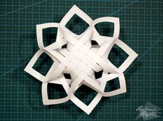 diy-3d-paperiset-lumihiutaleet Paper Snowflakes, Christmas Snowflakes, Christmas Star, Christmas Crafts, Paper Lace, Snowflake Designs, Kirigami, Christmas Inspiration, Crafts For Kids