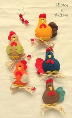 No Pattern Galinhas versão 3 by Mimos e Feltros. Version 3 hens by Mimes and felts. Felt Diy, Felt Crafts, Easter Crafts, Fabric Crafts, Sewing Crafts, Sewing Projects, Craft Projects, Felt Christmas Ornaments, Christmas Crafts