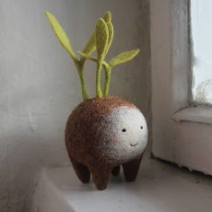 Moscow-based artist Nastasya Shuljak has grown up in nature, enjoying the natural world around her. Now, she's creating miniature wool sculptures of small animals and other cute creatures, and her rich childhood is really visible in her works. Needle Felted, Wet Felting, Sculpture Textile, Soft Sculpture, Diy Cadeau Noel, Craft Projects, Projects To Try, Designer Toys, Felt Animals