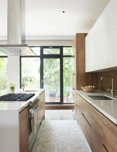 30 Nifty Small Kitchen Design and Decor Ideas to Transform Your Cooking Space - The Trending House White Contemporary Kitchen, Contemporary Kitchen Cabinets, Kitchen Cabinets Decor, Home Decor Kitchen, Interior Design Kitchen, Modern Contemporary, Kitchen Ideas, Kitchen Countertops, Kitchen Furniture