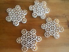 Twolittlebirds: Diy Snowflake Ornaments - do it with your kids of the pulp snowflakes! Snowflakes For Kids, Snowflake Craft, Snowflake Ornaments, Christmas Snowflakes, Diy Ornaments, Winter Crafts For Kids, Winter Kids, Christmas Activities, Christmas Crafts