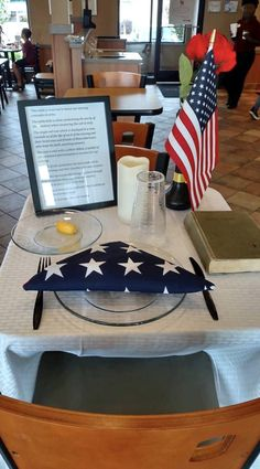 Restaurant pays a heartwarming tribute to a fallen soldier. Fallen Soldier Table, Fallen Soldier Memorial, Veterans Day Celebration, Memorial Day Celebrations, Missing Man Table, Mission Projects, Fair Projects, Memory Table, Personalized Picture Frames