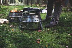 Ein Dutch Oven ist ein Topf aus Gusseisen, mit dem du kochen, backen, braten, schmoren und sogar räuchern kannst. Kochen mit dem Dutch Oven kannst du draußen über dem Feuer, mit Glut oder Kohlen. Kochen mit dem Dutch Oven braucht Zeit, Zeit, die du nutzen kannst mit deinen Freunden ein Bier zu trinken oder mit der Liebsten romantisch ins Lagerfeuer zu blicken. #dutchoven #lagerfeuer #lagerfeuerküche #dutchovencooking #castiron #petromax