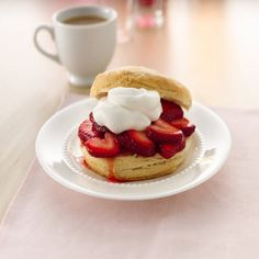 ® Strawberry Shortcakes Make a classic shortcake with time-saving and tasty Pillsbury® Grands! Raspberry Smoothie, Apple Smoothies, Shortcake Biscuits, Strawberry Shortcake Recipes, Strawberry Recipes, Salty Cake, Savoury Cake, Time Saving, Mini Cakes