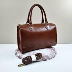12861d2a2 A bolsa Simone de couro possui três compartimentos maiores com ...